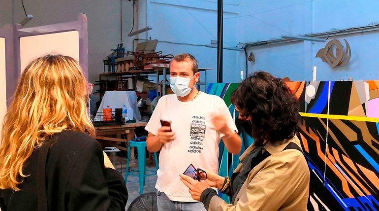Visita de la direcció de la ETSINF al taller de l'artista Javier Parra per a conéixer els avanços dels seus murals
